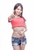 Asiatisk kvinna som mäter midjan Arkivfoto