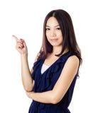 Asiatisk kvinna som pekar en sida royaltyfria foton