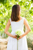 Asiatisk kvinna som rymmer en vit blomma Royaltyfri Fotografi