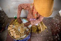 Asiatisk kvinna som säljer jordnötter på gatan royaltyfri fotografi