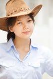 Asiatisk kvinna som slitage en hatt Arkivbilder