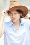 Asiatisk kvinna som slitage en hatt med den le framsidan Royaltyfri Fotografi