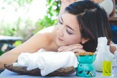 Asiatisk kvinna som sover den thailändska massagebrunnsorten fotografering för bildbyråer