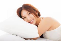 asiatisk kvinna som sover i sängen Royaltyfri Foto