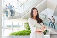 Asiatisk kvinna som student i universitet royaltyfri bild