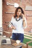 Asiatisk kvinna som talar på en mobiltelefon Royaltyfria Bilder