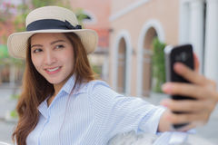 Asiatisk kvinna som tar selfie Royaltyfri Foto