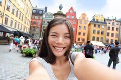 Asiatisk kvinna som tar självståendeselfie Stockholm Arkivfoto