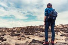 Asiatisk kvinna som tycker om den naturliga stenen för klättring Arkivbilder