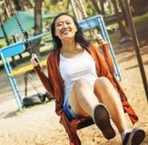 Asiatisk kvinna som tycker om i parkera Arkivbild