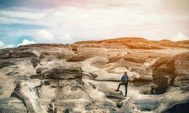 Asiatisk kvinna som tycker om klättringen Arkivfoto