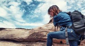 Asiatisk kvinna som tycker om klättringen Fotografering för Bildbyråer
