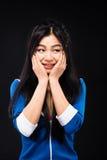Asiatisk kvinna som uttrycker sinnesrörelser i studio Arkivfoto