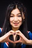 Asiatisk kvinna som uttrycker sinnesrörelser i studio Royaltyfria Foton