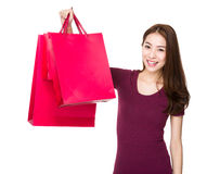 Asiatisk kvinnahåll med shoppingpåsen Fotografering för Bildbyråer