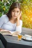 Asiatisk kvinnaläsebok Arkivbild