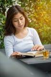 Asiatisk kvinnaläsebok Royaltyfri Fotografi