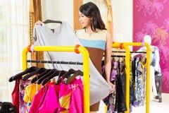 Asiatisk kvinnashopping i modelager Fotografering för Bildbyråer