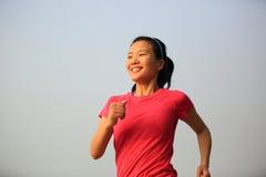 Asiatisk kvinnaspring för sund livsstil arkivfoton