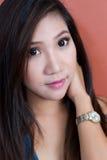 Asiatisk kvinnastående Arkivbild