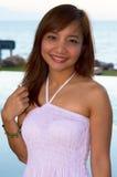 Asiatisk kvinnastående på havssiktsbakgrund arkivbilder