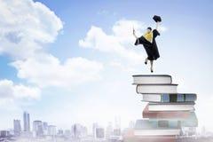 Asiatisk kvinnastudent, avläggande av examen från högskolan Royaltyfri Bild