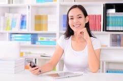 Asiatisk kvinnastudent som är lycklig med telefonen Royaltyfri Bild