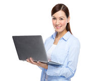 Asiatisk kvinnatyp på bärbara datorn Arkivbilder