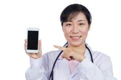 Asiatisk kvinnlig doktor som använder mobiltelefonen Arkivfoto