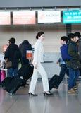 Asiatisk kvinnlig flygvärdinna i den Incheon internationalairpoen Arkivfoton
