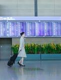Asiatisk kvinnlig flygvärdinna på den internationella flygplatsen av Incheo Arkivfoton