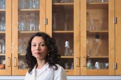 Asiatisk kvinnlig forskare i laboratorium Fotografering för Bildbyråer