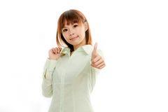 Asiatisk kvinnlig i grön skjorta med tummar upp Fotografering för Bildbyråer