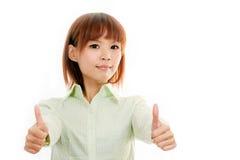 Asiatisk kvinnlig i grön skjorta med tummar upp Royaltyfri Fotografi