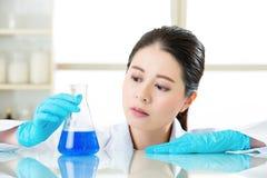 Asiatisk kvinnlig kemist som undersöker nya medicinska gränser Royaltyfri Foto