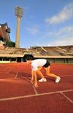 asiatisk kvinnlig som förbereder racen att spåring Royaltyfria Foton