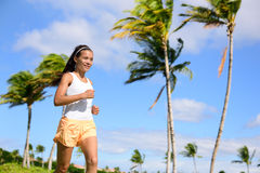 Asiatisk löpareflicka som joggar i utomhus- natursommar Arkivfoto