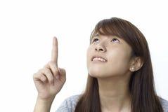 asiatisk lady som pekar upp Royaltyfria Bilder