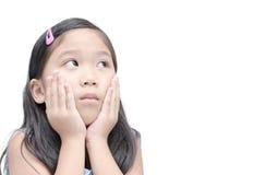 Asiatisk ledsen flicka som ser upp och tänker som isoleras på vit backgr Royaltyfri Bild