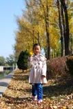 Asiatisk liten flicka i höst Arkivbild