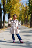 Asiatisk liten flicka i höst Fotografering för Bildbyråer