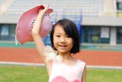 Asiatisk liten flicka i sommarträdgård Arkivbild