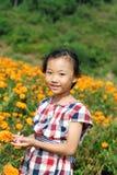 Asiatisk liten flicka i sommarträdgård Fotografering för Bildbyråer