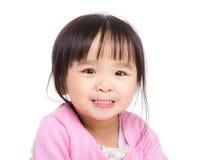 Asiatisk liten flicka som gör den roliga framsidan Arkivfoton