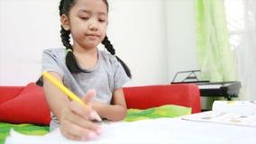 asiatisk liten flicka som 4K hem gör arbete på tabellen för utbildningsbegrepp arkivfilmer