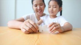 asiatisk liten flicka som 4K spelar pusslet med modern stock video