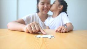 asiatisk liten flicka som 4K spelar pusslet med modern lager videofilmer