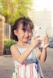 Asiatisk liten flicka som tar en selfie Royaltyfria Foton