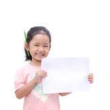 Asiatisk liten flicka som visar tomt papper arkivfoton