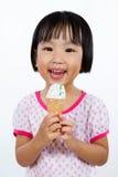 Asiatisk liten kinesisk flicka som äter glass royaltyfria foton